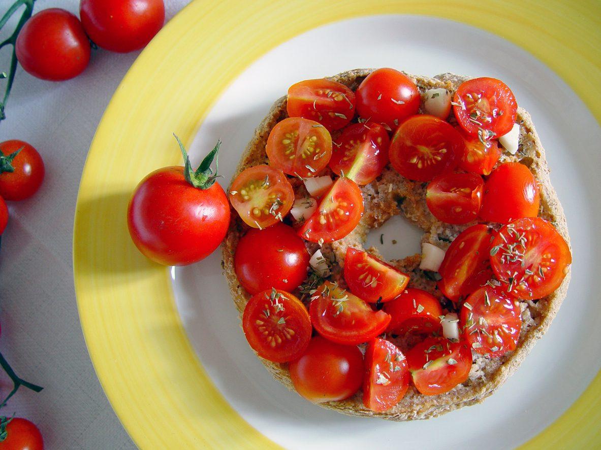 10 modi per farcire una frisella: come gustare al meglio le ciambelle salate pugliesi