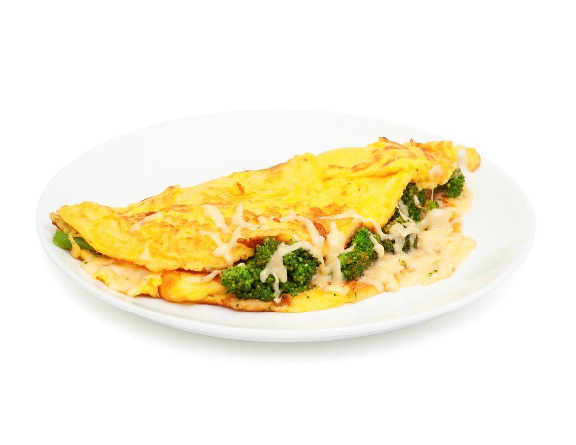 Omelette con broccoli e formaggio: la ricetta gustosa con cuore filante