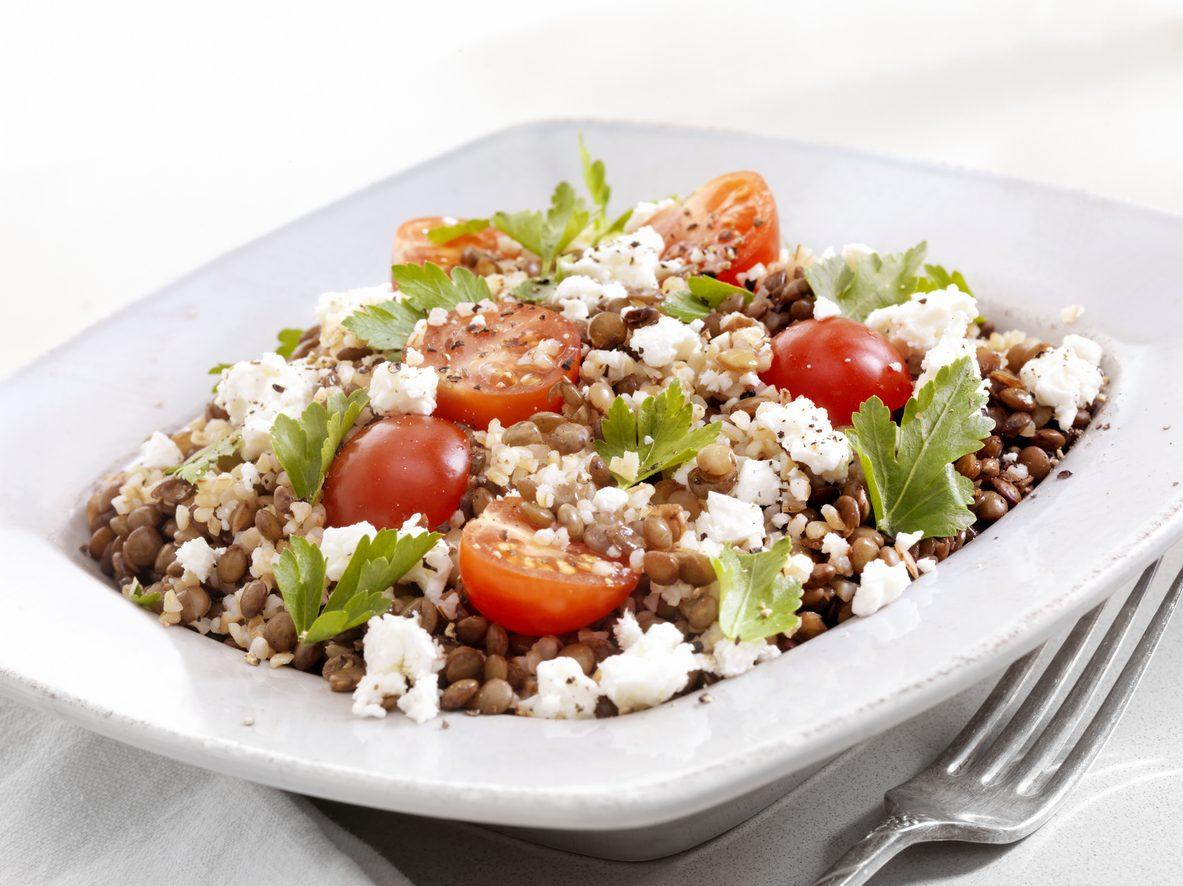 Insalata di bulgur e lenticchie: la ricetta del piatto fresco con feta e spinacini