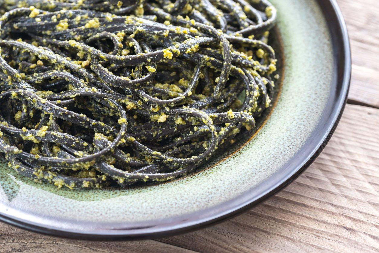 Linguine al nero di seppia e pesto: la ricetta del piatto saporito con una nota croccante