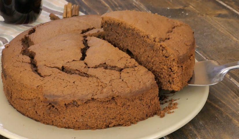 Torta al vino rosso: la ricetta con cioccolato soffice e profumata