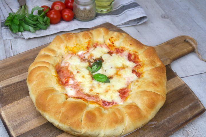 Pizza con cornicione ripieno: la ricetta fatta in casa morbida e gustosa