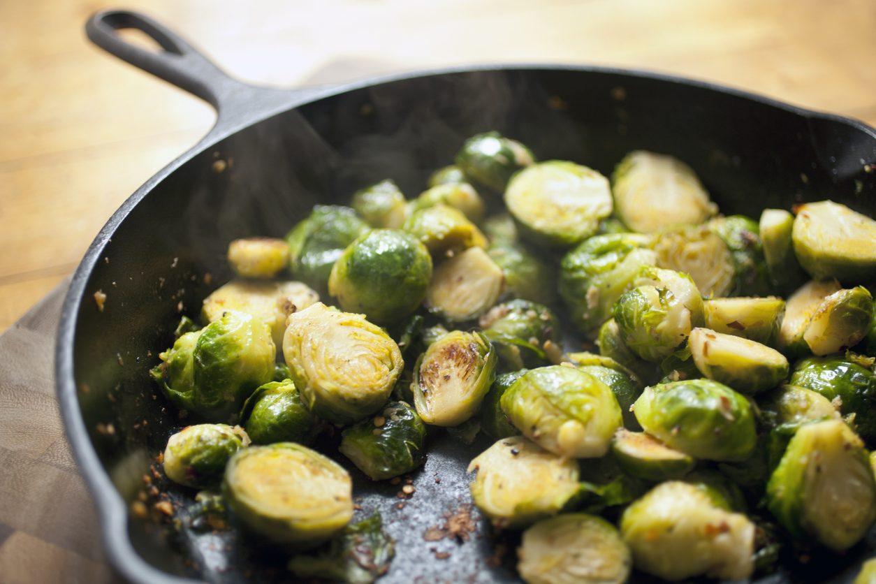 Cavolini di Bruxelles in padella: la ricetta del contorno leggero pronto in pochi minuti