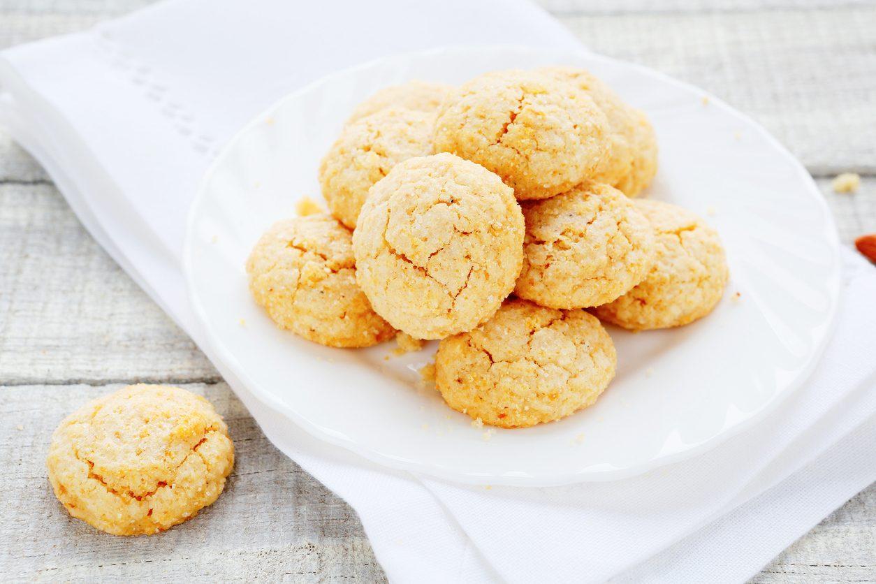 Amaretti al limone: la ricetta dei biscotti deliziosi e aromatici