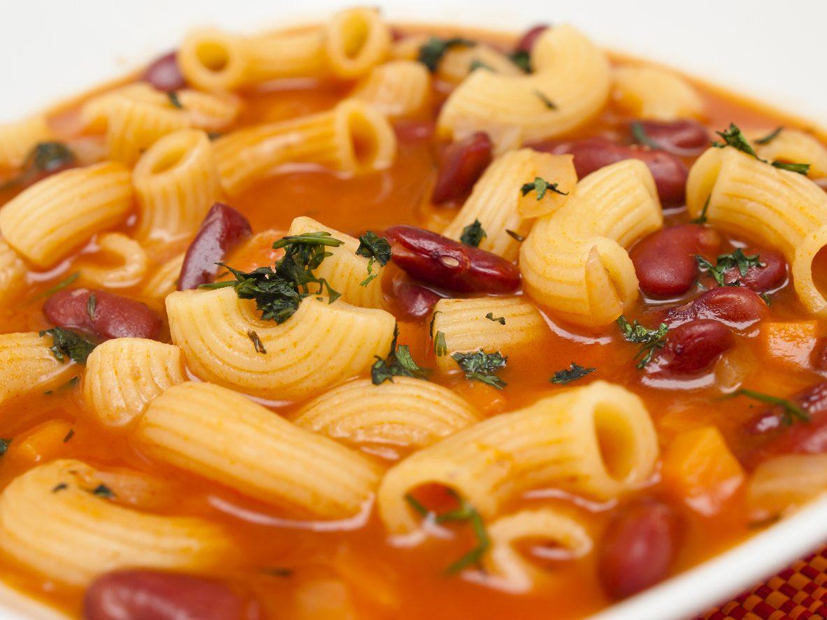 Minestra di fagioli: la ricetta semplice e gustosa con i borlotti