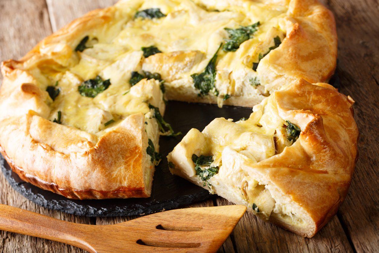 Tortino di carciofi, spinaci e formaggio: la ricetta del rustico salvacena facile e veloce