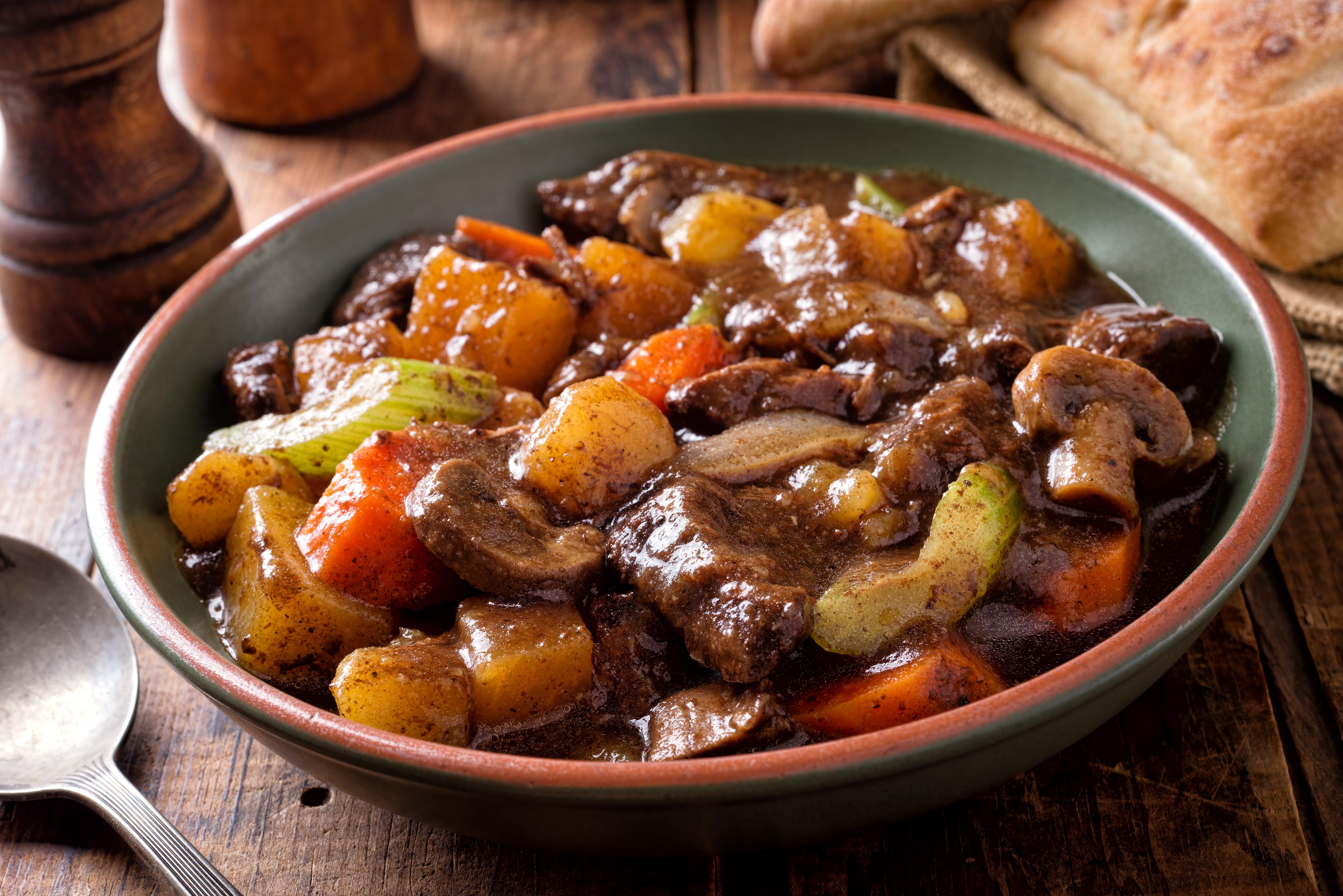Stufato alle cipolle: la ricetta del secondo denso e saporito