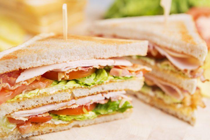 brunch, la ricetta del club sandwich al salmone