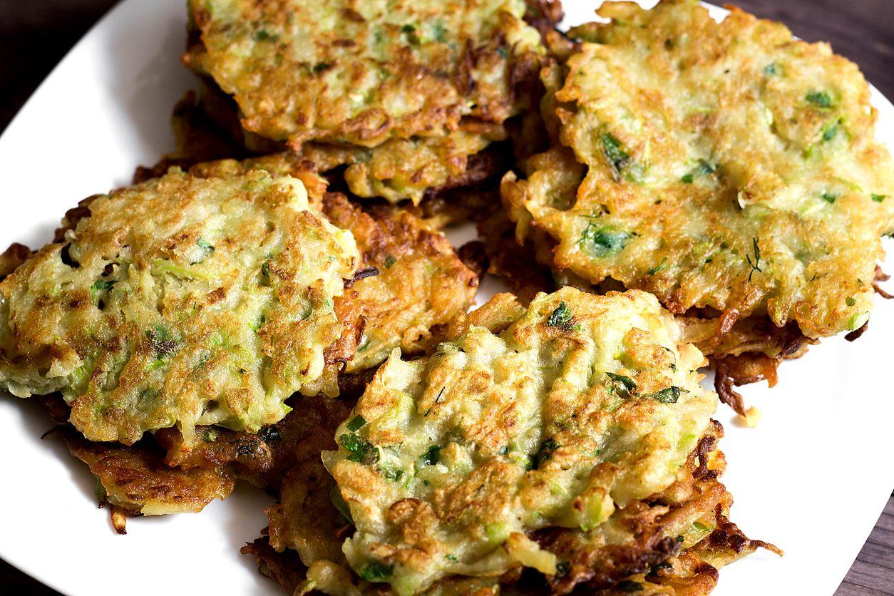 Frittelle di cipolle: la ricetta dell'antipasto veloce e sfizioso