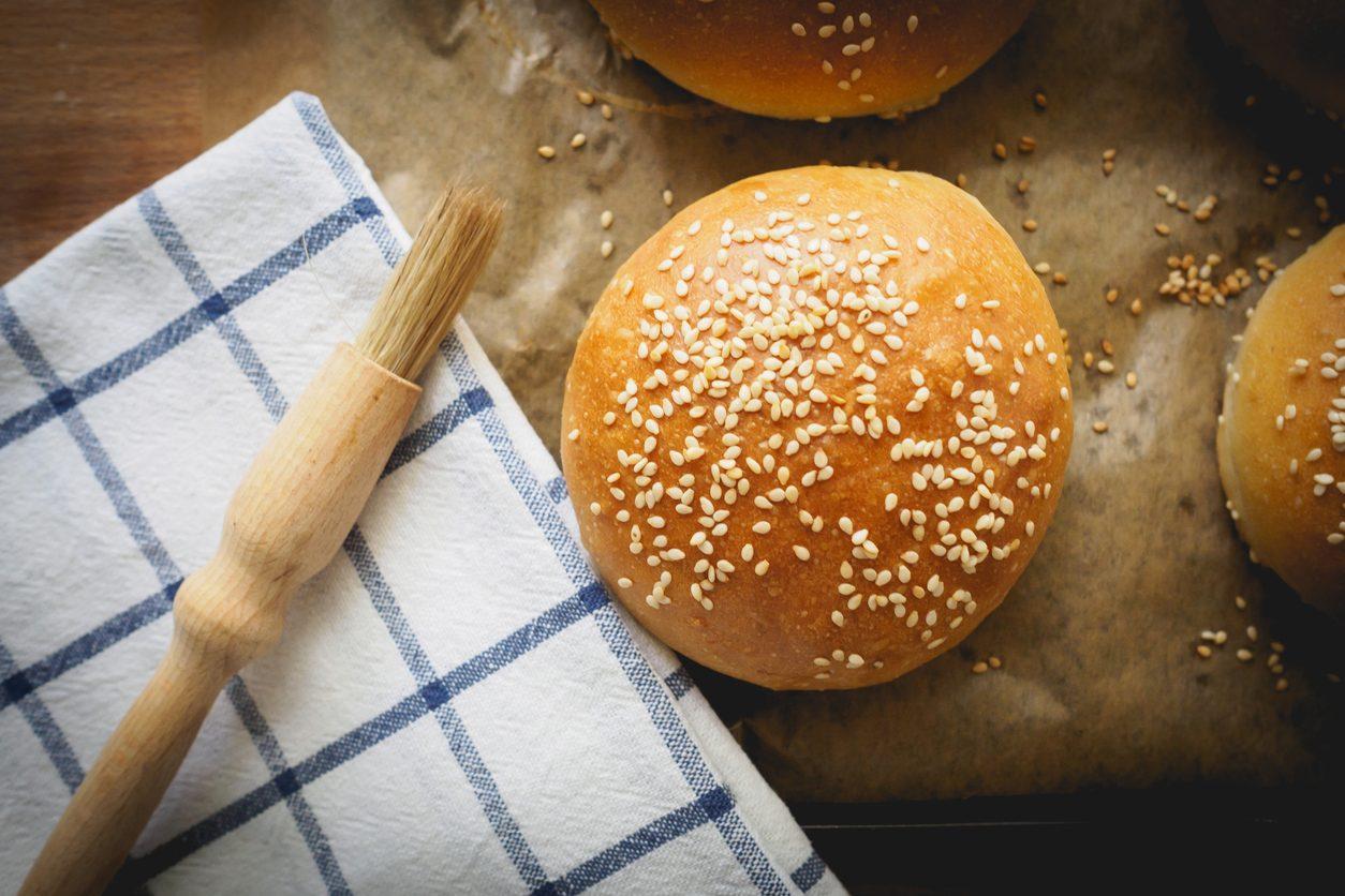 Burger buns: la ricetta dei panini per hamburger fatti in casa soffici e leggeri