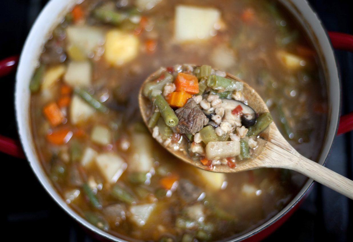 Minestrone d'orzo e verdure: la ricetta del comfort food per l'inverno