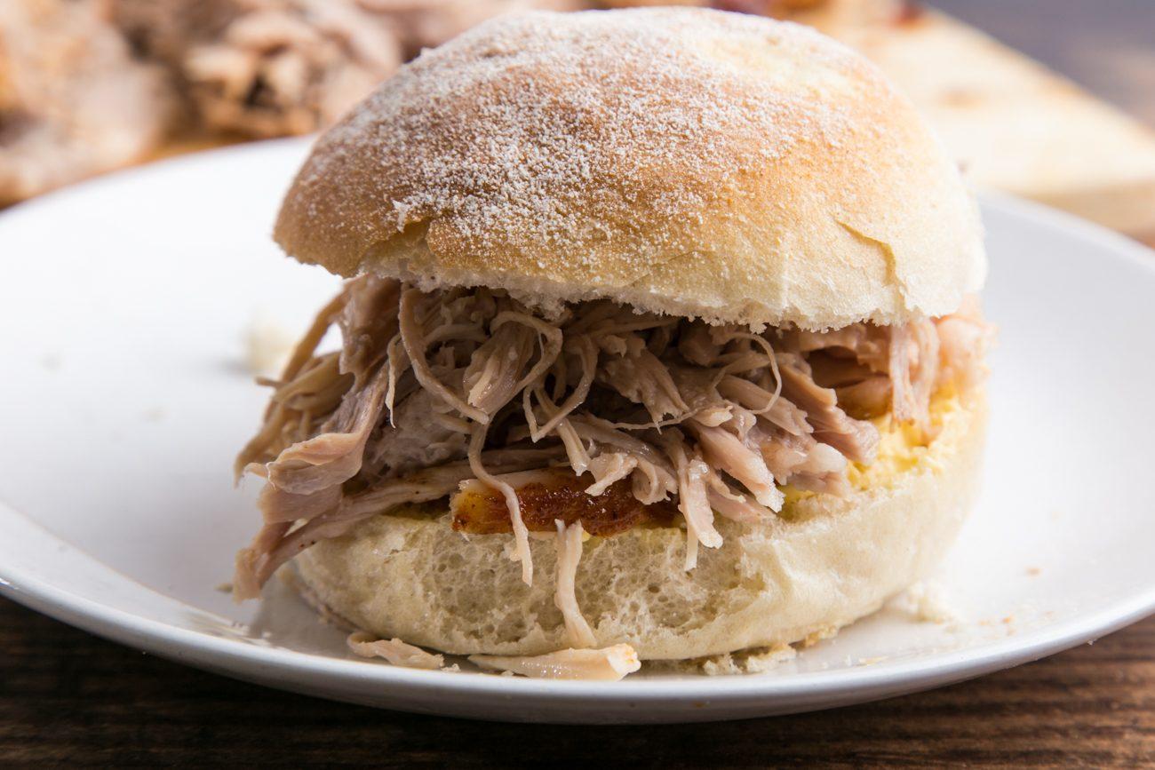 Pulled pork: la ricetta del maiale sfilacciato simbolo del Sud degli Stati Uniti