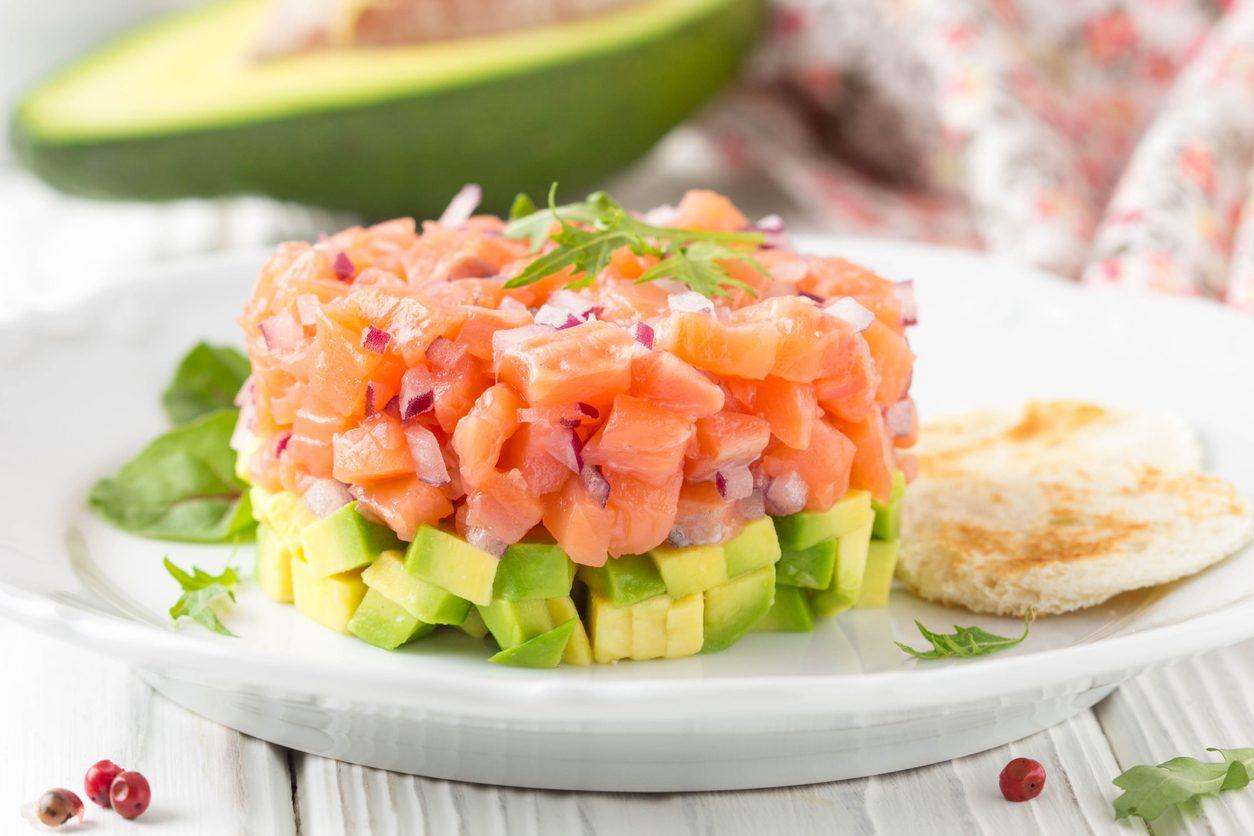 Tartare salmone e avocado: la ricetta dell'antipasto sfizioso e delicato