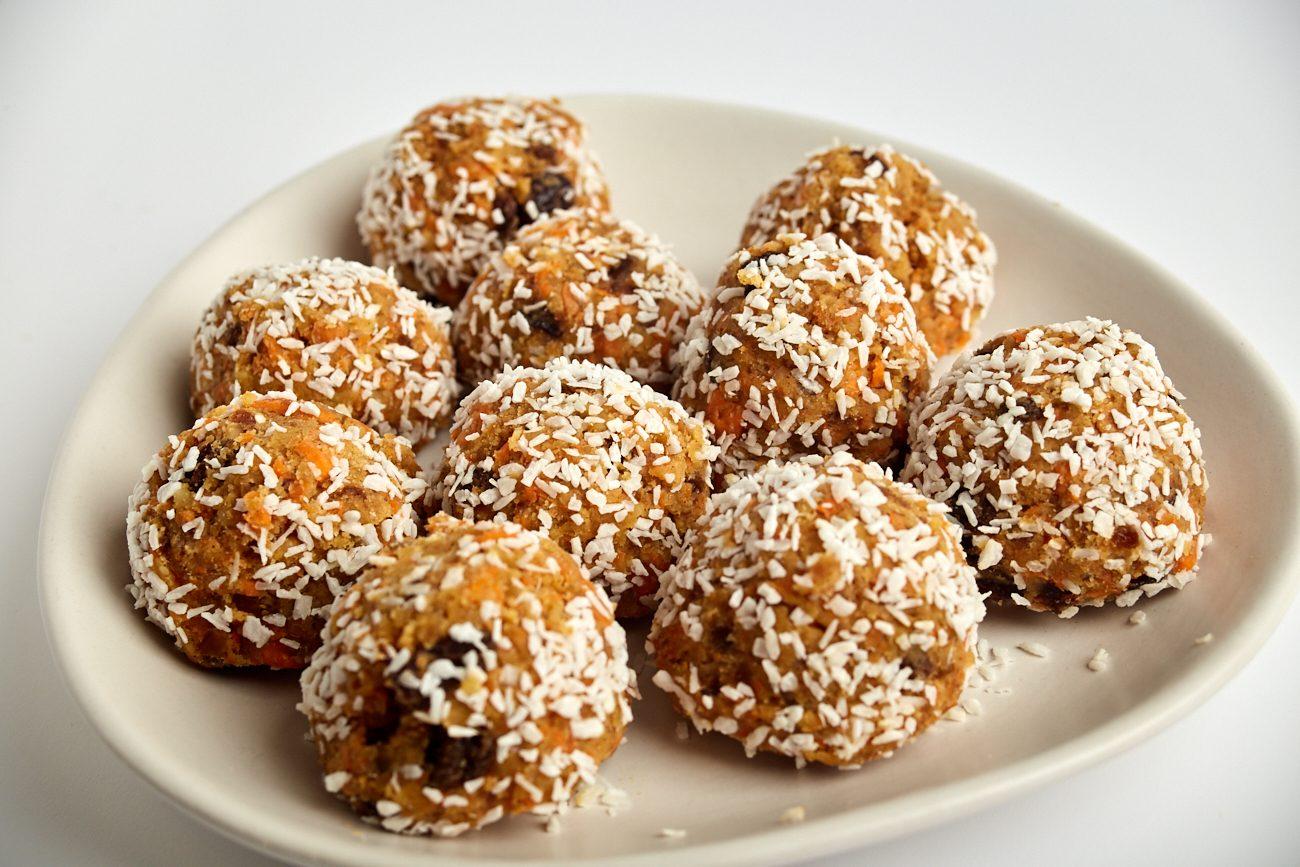 Tartufini di carote, datteri e noci: la ricetta dei dolcetti leggeri e golosi