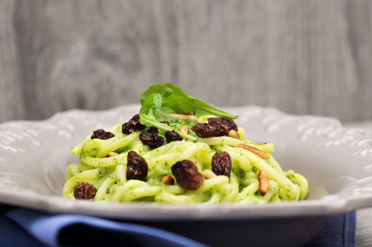 Troccoli con pesto, pinoli e uva passa: la ricetta del piatto sfizioso che non ti aspetti