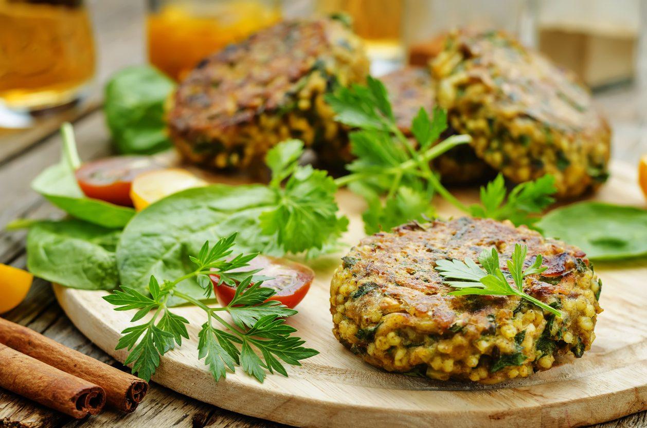 Burger di miglio al forno: la ricetta con ceci e verdure