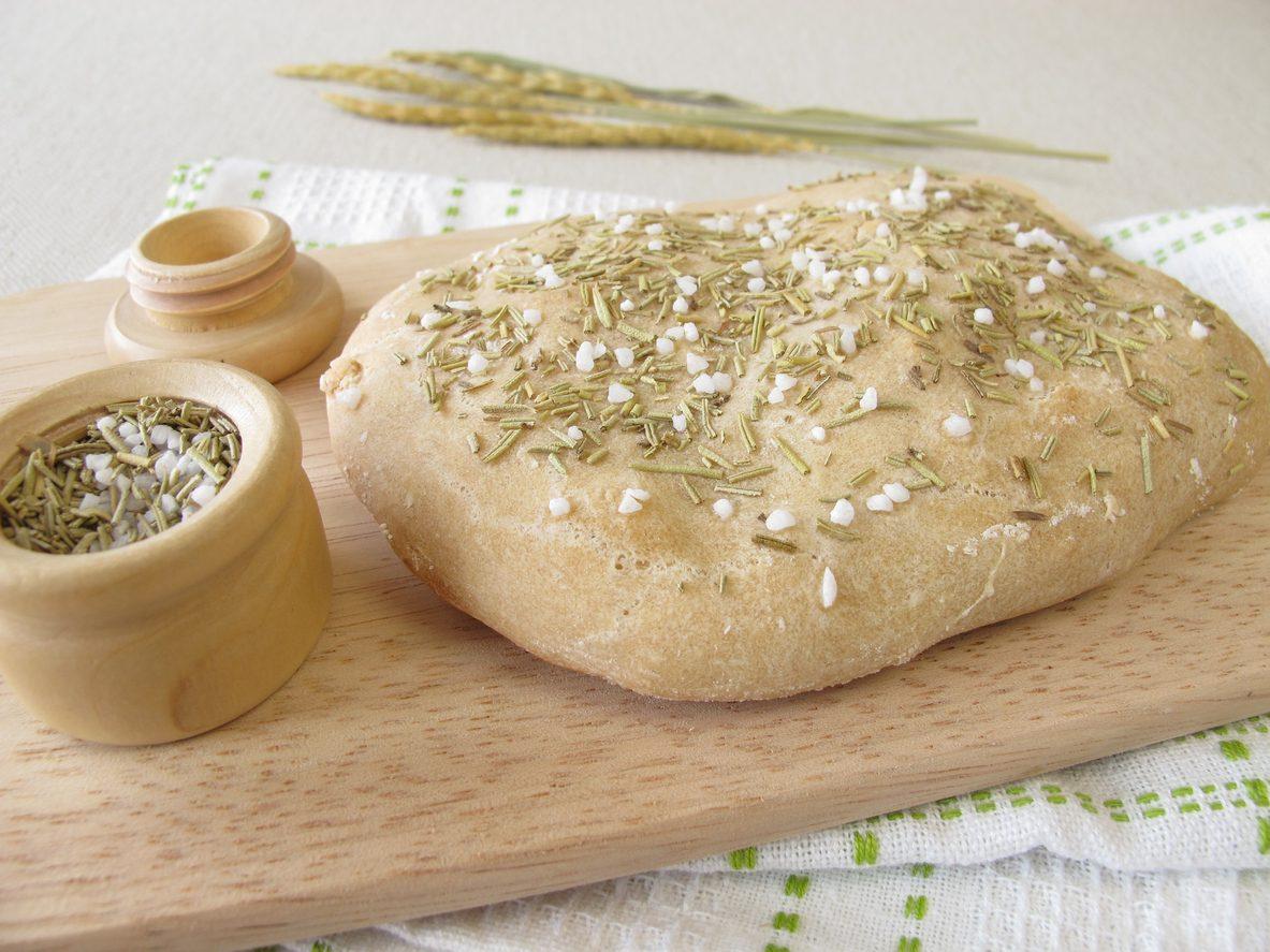 Focaccia di farro: la ricetta del lievitato morbido e gustoso
