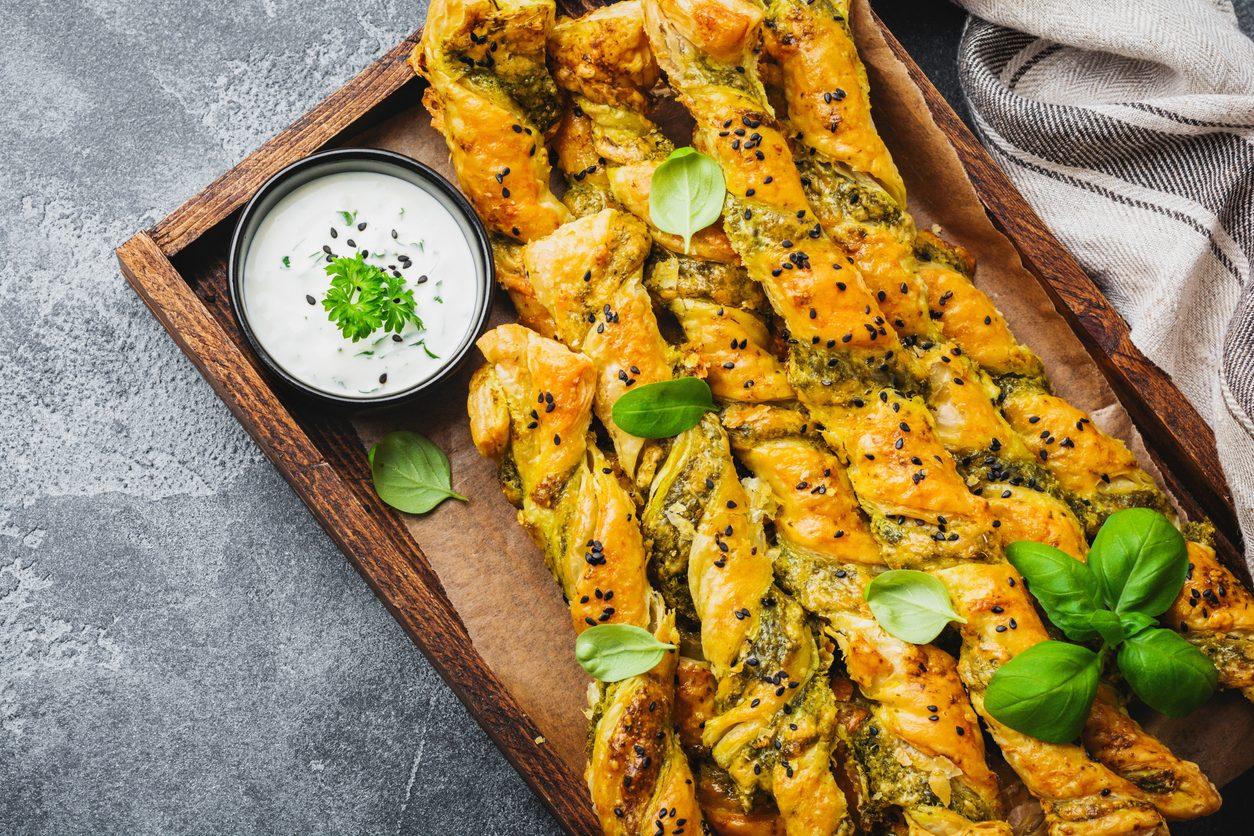Grissini parmigiano, sesamo ed erba cipollina: la ricetta dei grissini veloci e saporiti