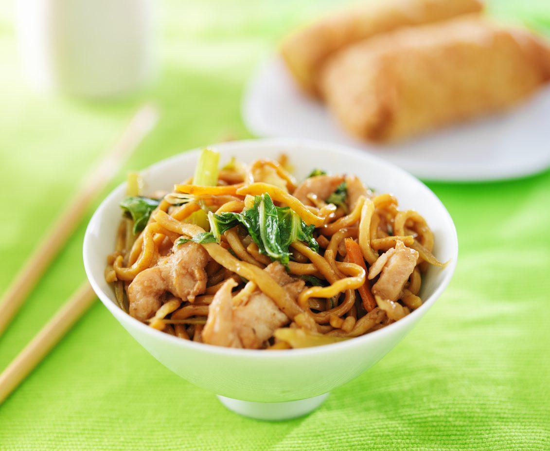 Noodles con pollo e verdure: la ricetta del piatto unico dal sapore orientale