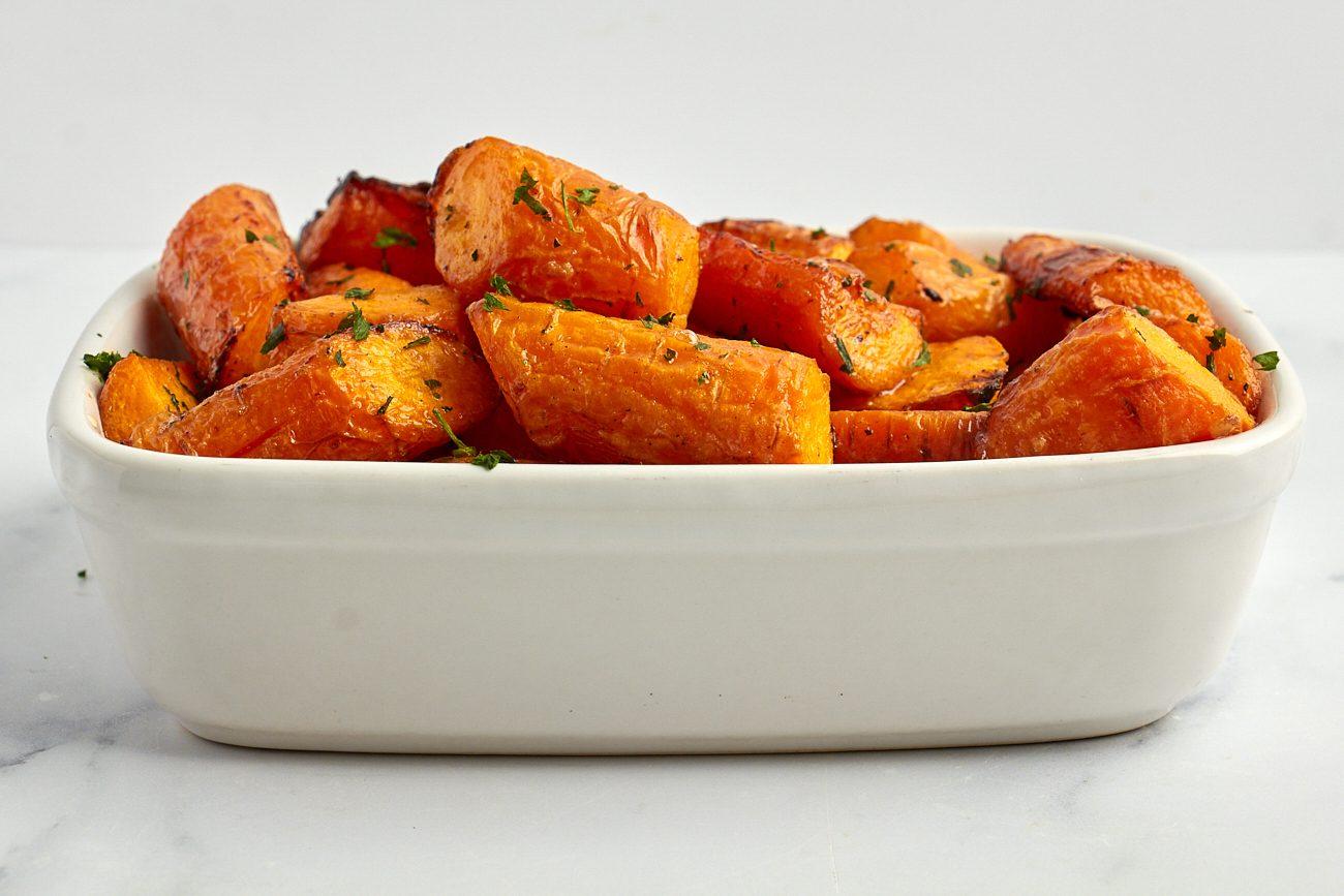 Carote al forno con burro e aglio: la ricetta del contorno facile e originale