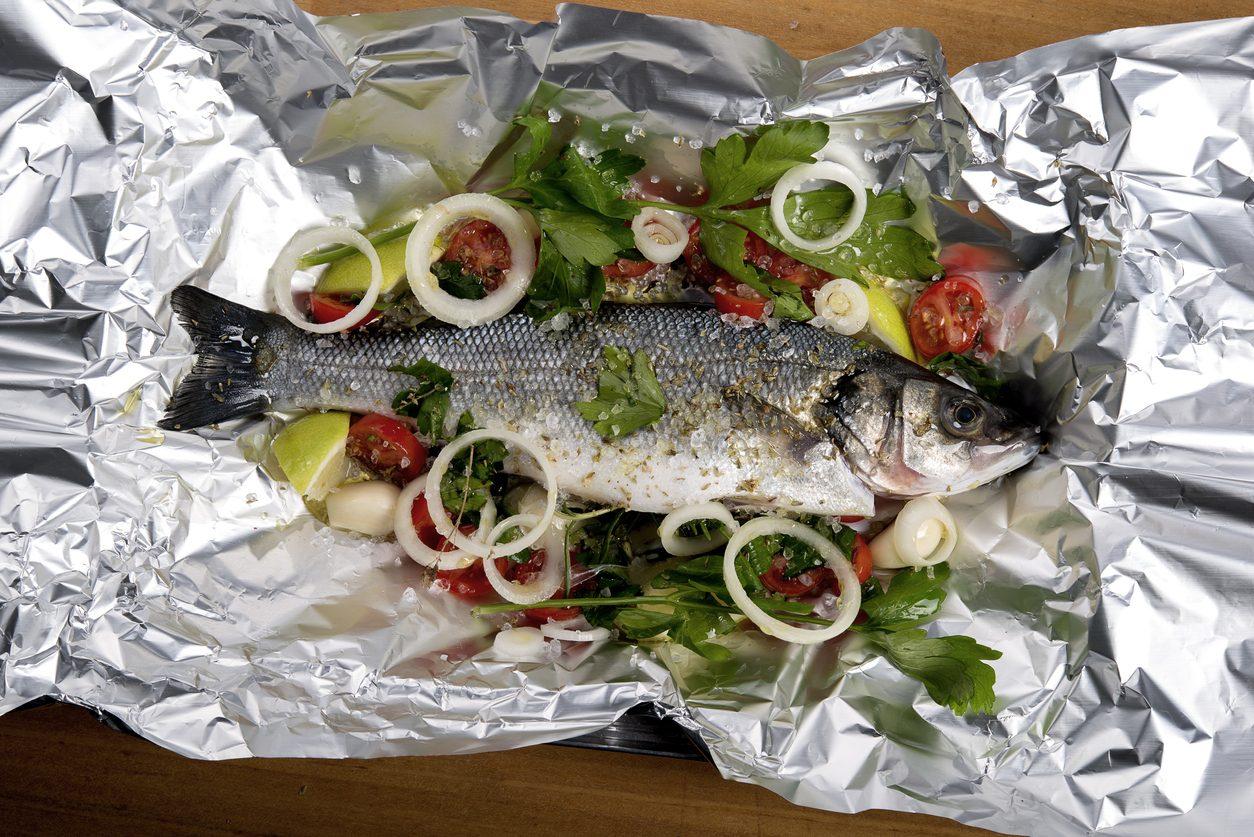 cena di pesce economica, la spigola al cartoccio