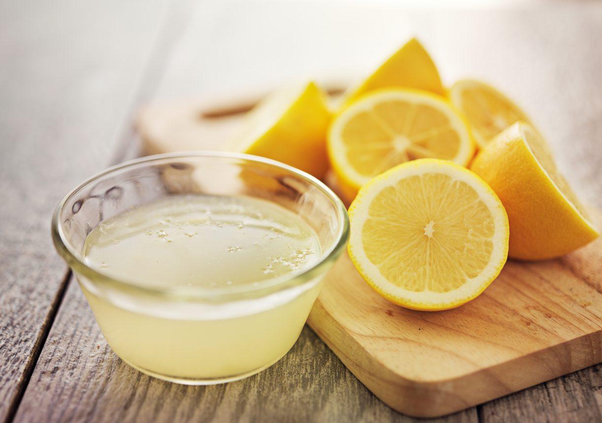 Crema avocado e yogurt: spremere il limone