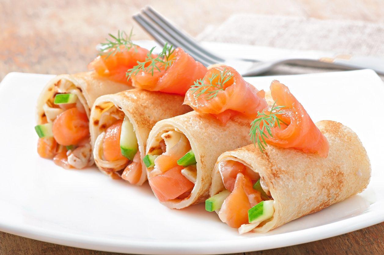 Crespelle con salmone, caprino ed erba cipollina: la ricetta dell'antipasto sfizioso