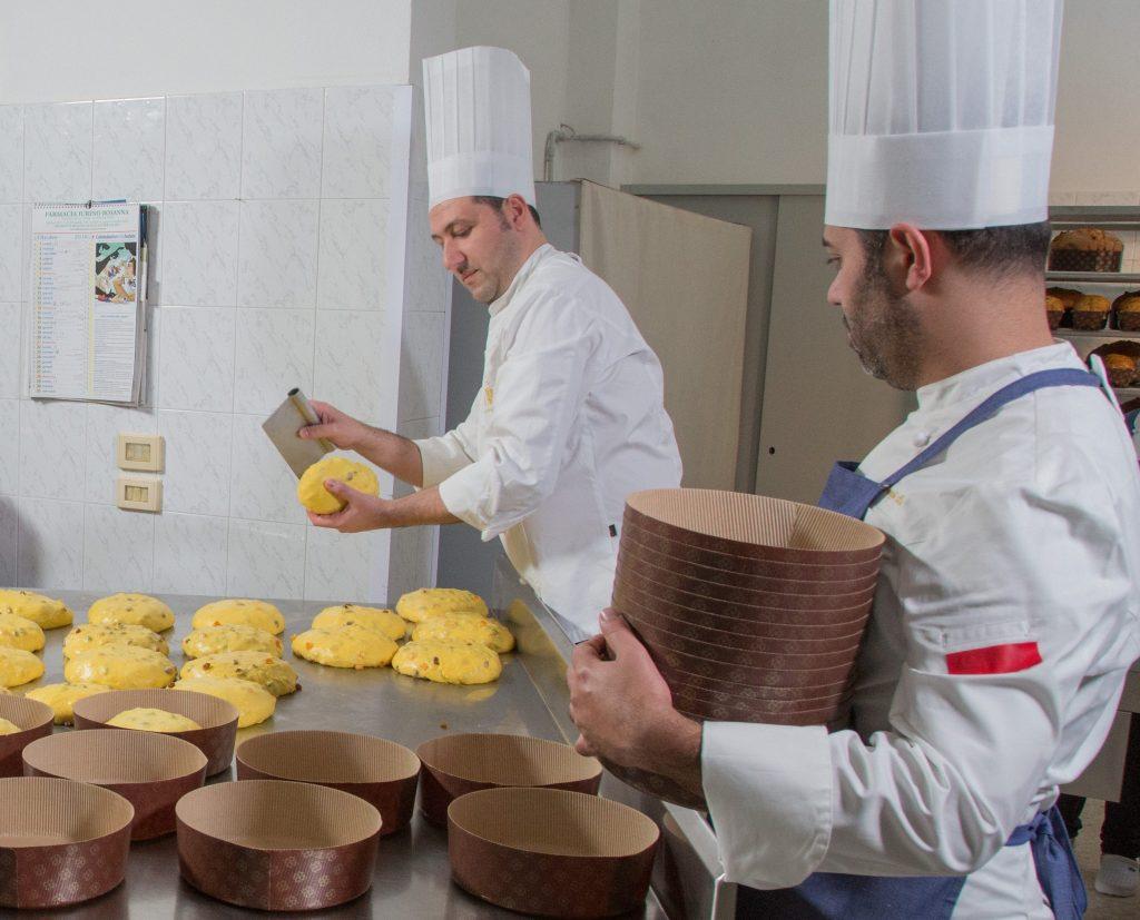 I migliori panettoni artigianali: Vincenzo Tiri e il suo staff al lavoro