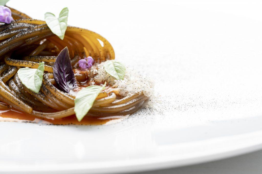 Un piatto dello chef Michelangelo Mammoliti, ristorante La Madernassa