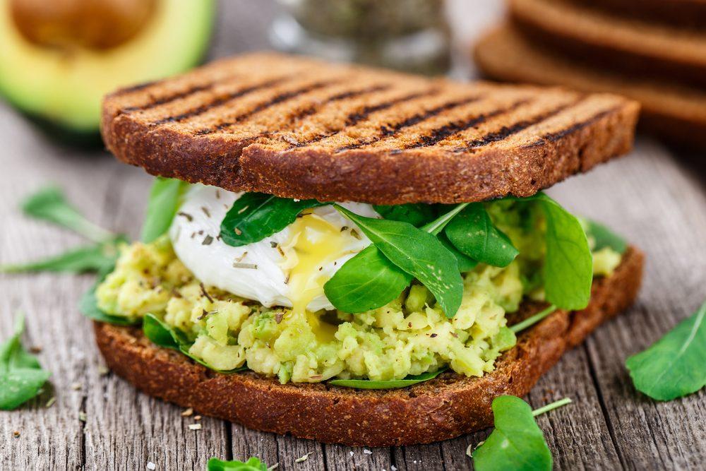 Toast con avocado e uova in camicia: la ricetta del sandwich goloso e nutriente