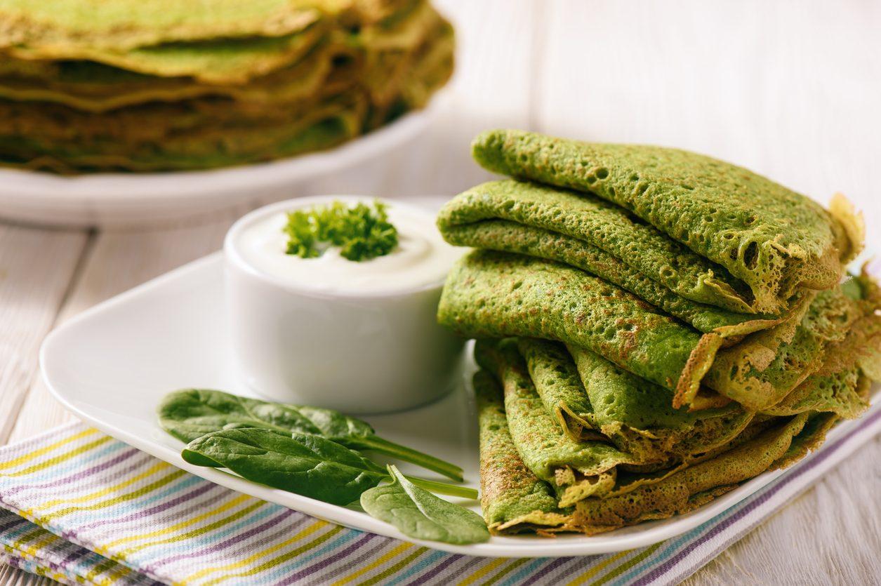 Crepes agli spinaci con salsa allo yogurt: la ricetta base per primi e secondi sfiziosi