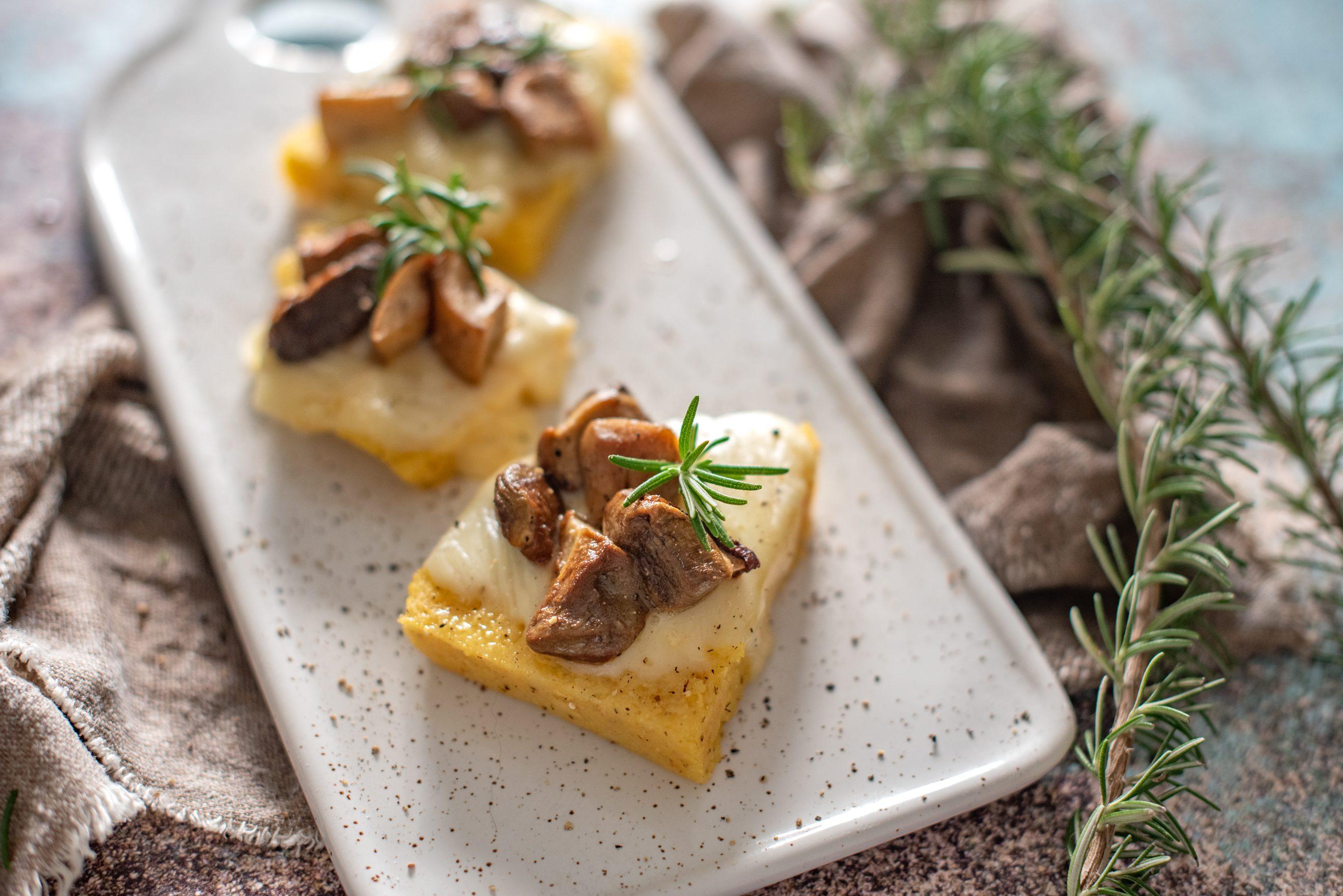 Crostoni di polenta e porcini con taleggio