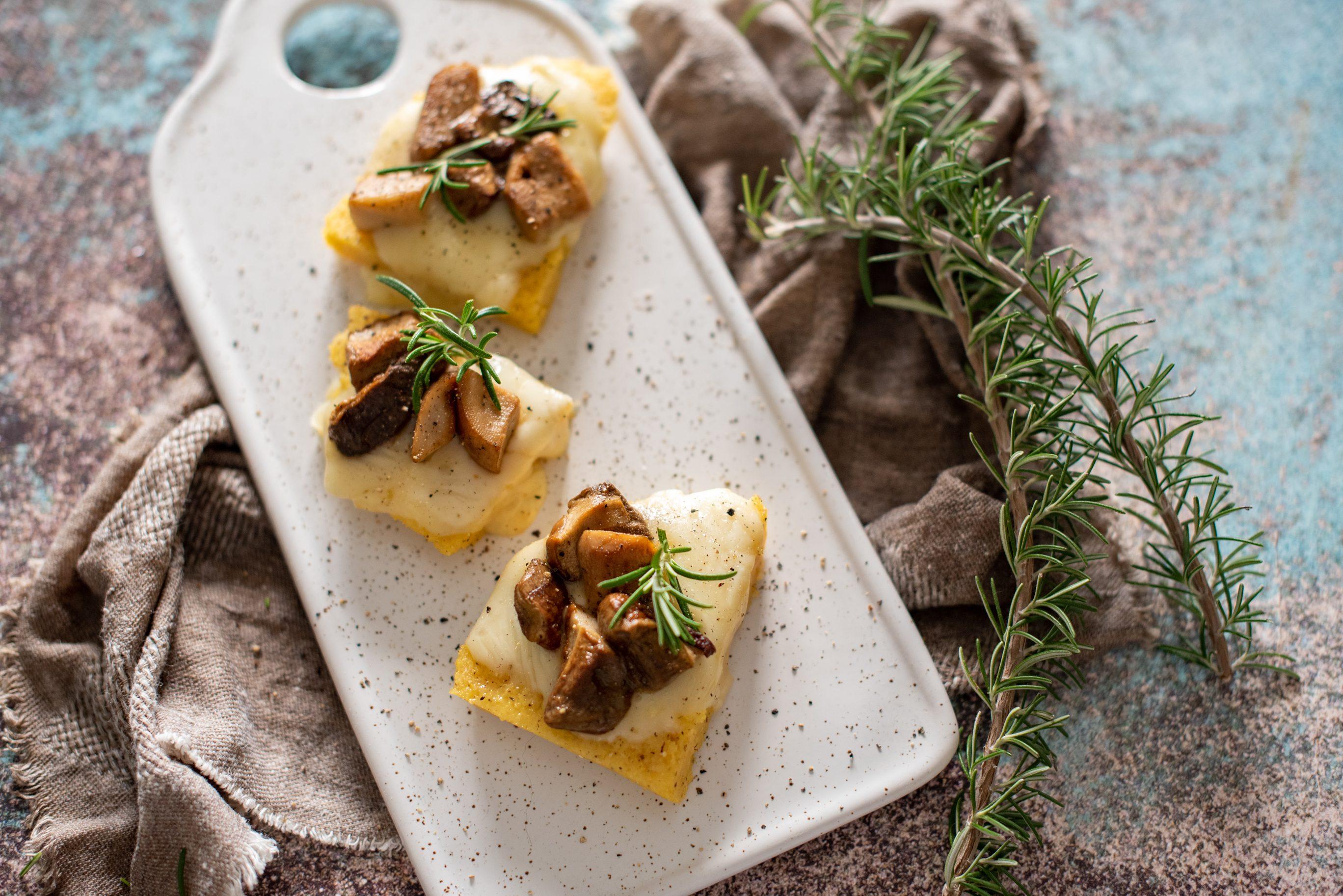 Crostoni di polenta con porcini e taleggio: la ricetta dell'antipasto facile e originale