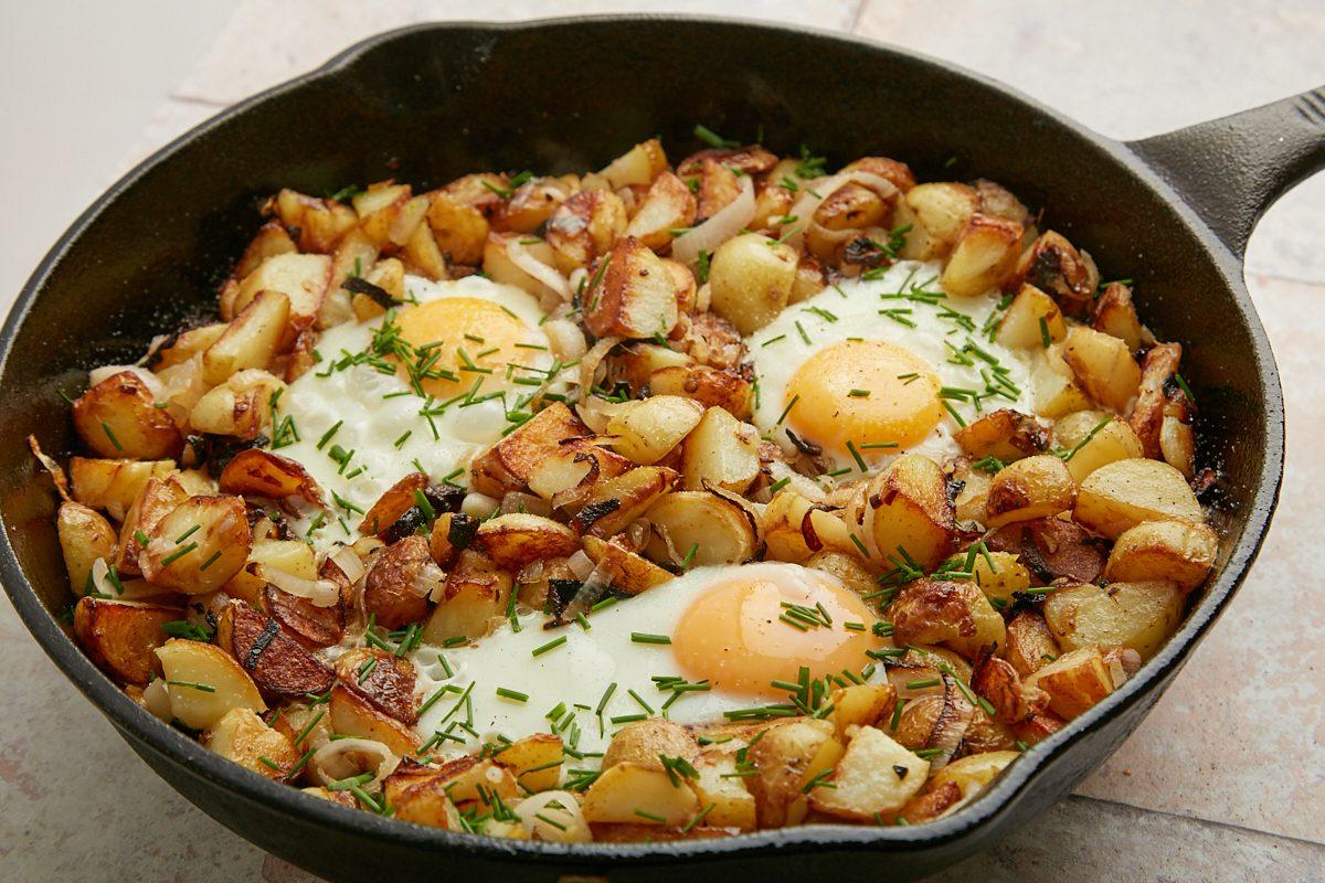 Patate croccanti e uova in padella: una ricetta golosa e facile da realizzare