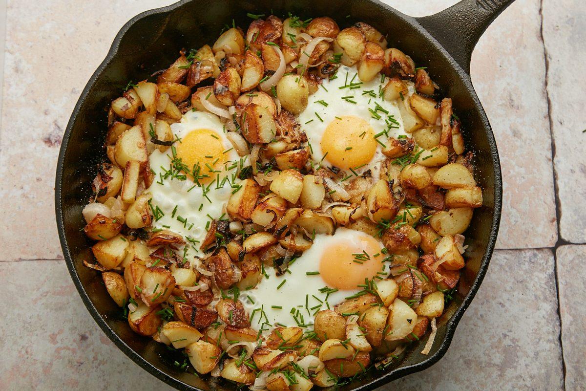Patate croccanti e uova in padella: il piatto unico facile e saporito