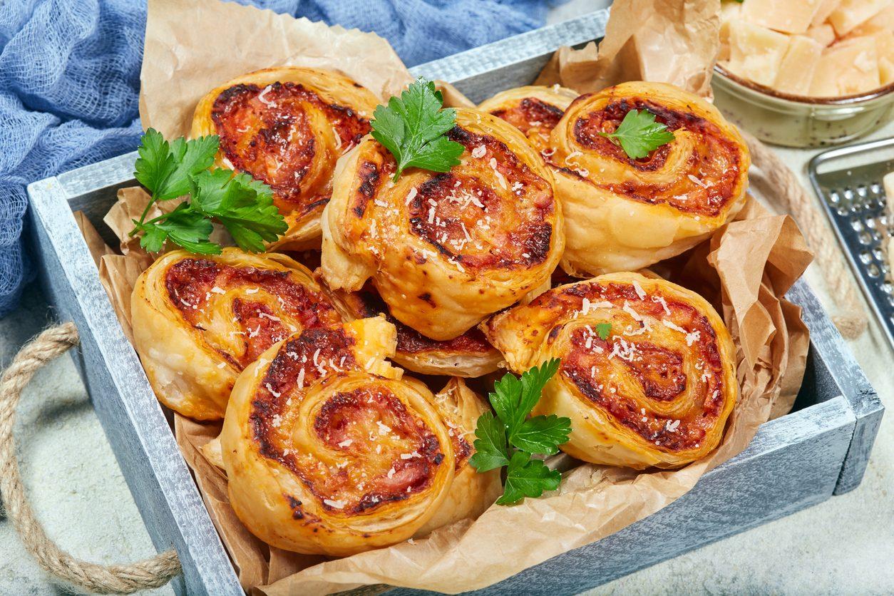 Pizza rolls con prosciutto crudo e scamorza: la ricetta dell'antipasto goloso