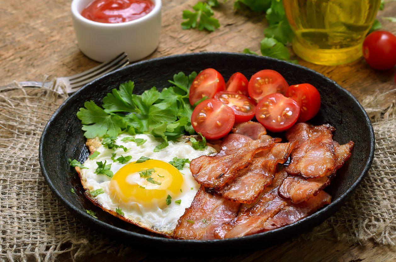 Uova, bacon e pomodori: la ricetta del piatto completo e pronto in pochi minuti