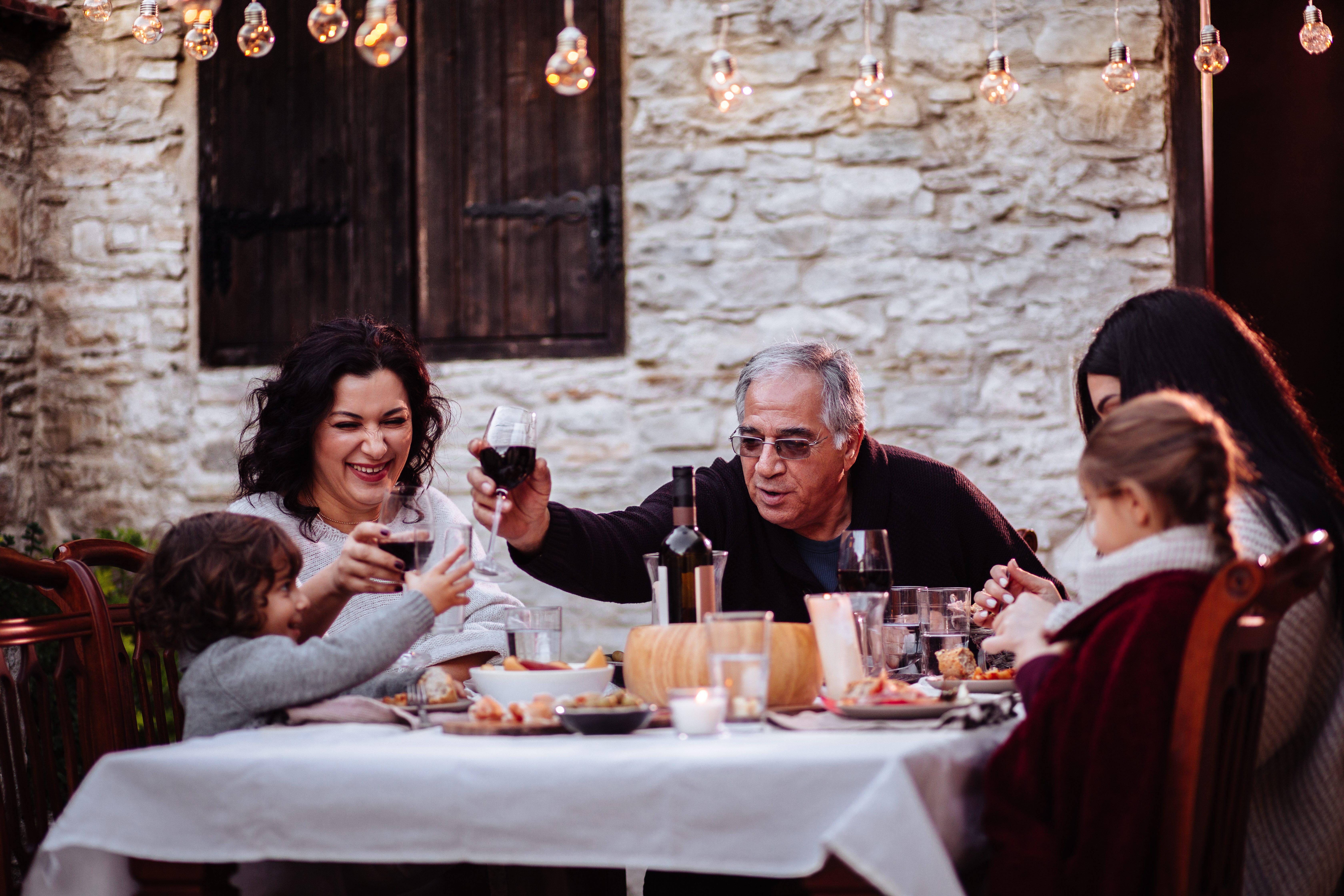 """Airbnb lancia """"Esperienze in cucina"""": il primo evento ai fornelli con Mara Maionchi"""