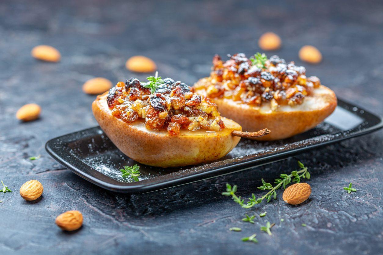 Pere al forno con miele, noci e uva passa: la ricetta del dessert che non ti aspetti