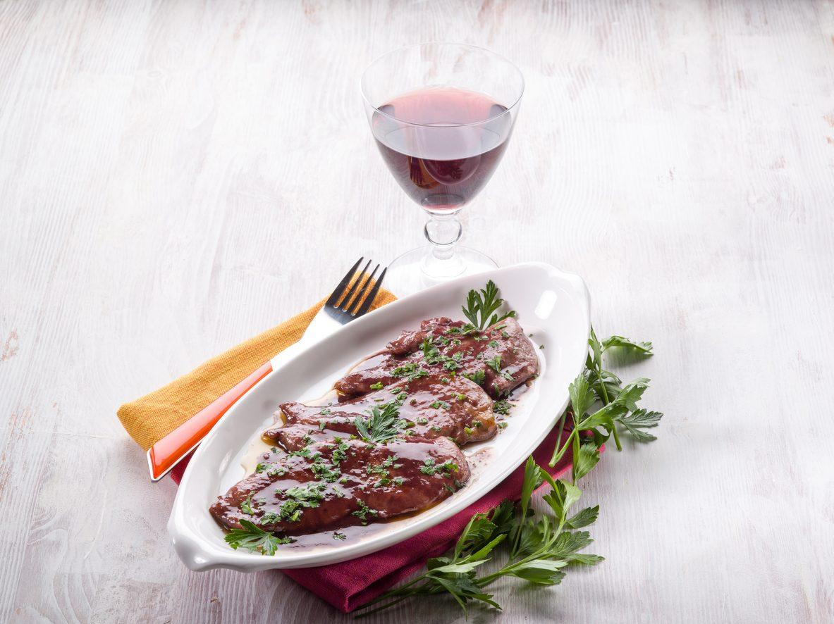 Scaloppine al vino rosso: la ricetta del secondo piatto veloce e saporito