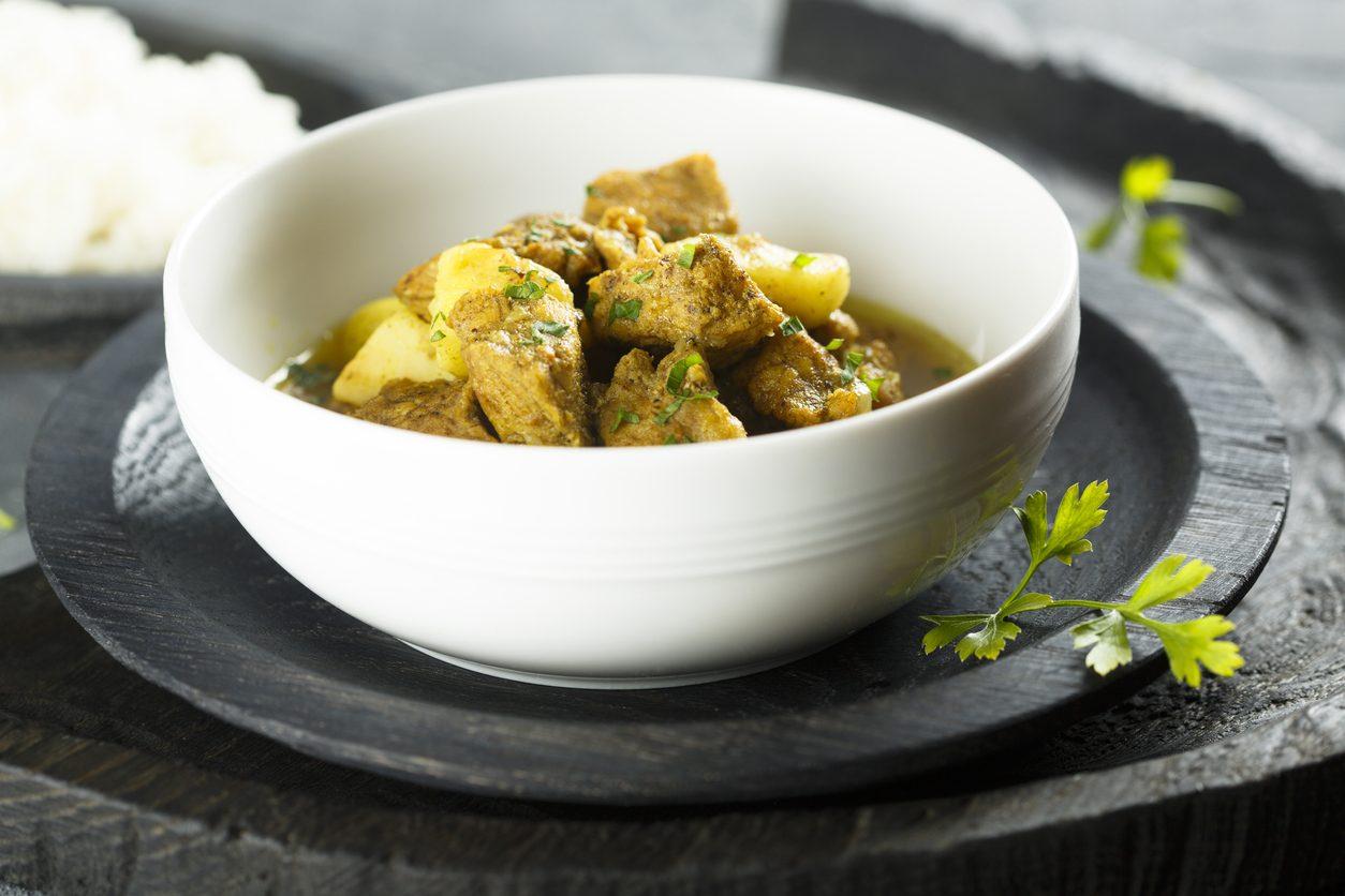 Spezzatino di maiale con mele e curry: la ricetta del secondo piatto originale e saporito