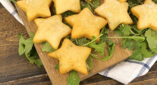 Stelle di parmigiano: la ricetta dell'antipasto veloce e stuzzicante