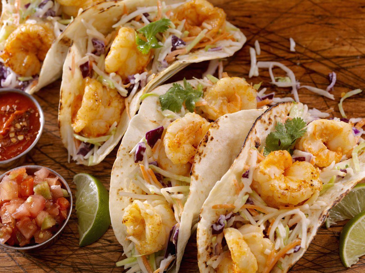 Tacos con gamberetti e cavolo: la ricetta alternativa dello street food messicano