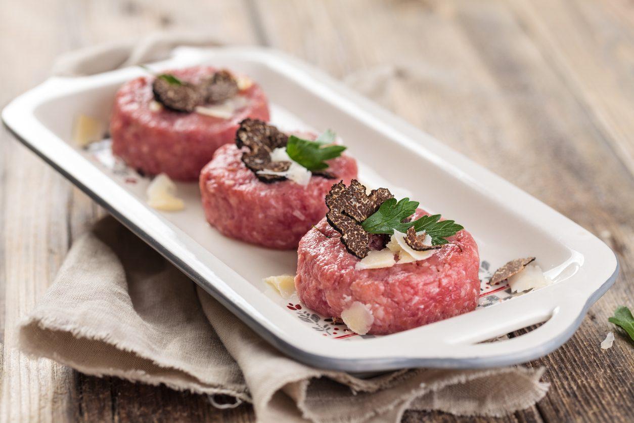 Tartare di manzo con tartufo e mandorle: la ricetta dell'antipasto raffinato e goloso