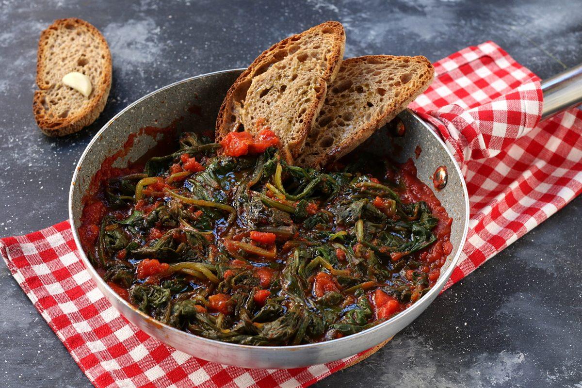 Bietole al pomodoro con crostoni all'aglio: la ricetta del contorno leggero e gustoso