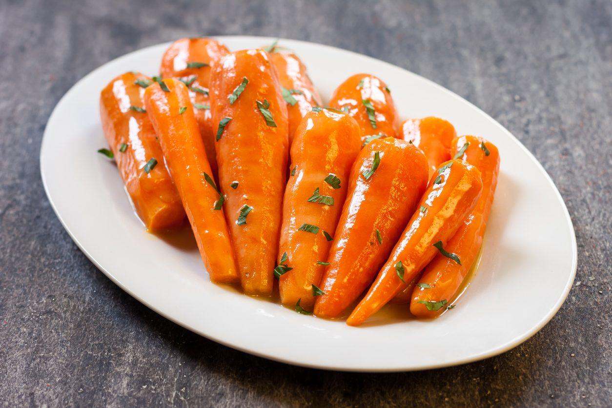 Carote glassate: la ricetta del contorno veloce e saporito da fare al forno
