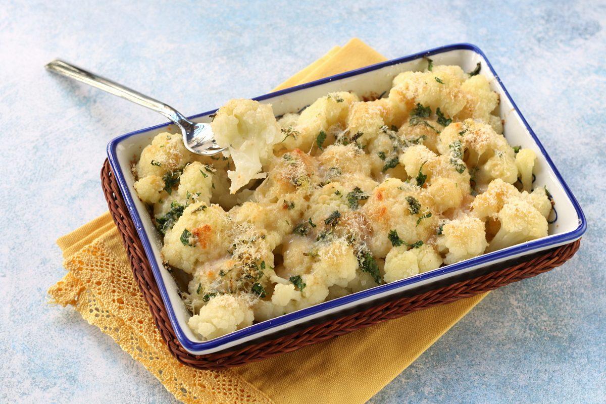 Cavolfiore al parmigiano: la ricetta del contorno sano e gustoso da fare al forno