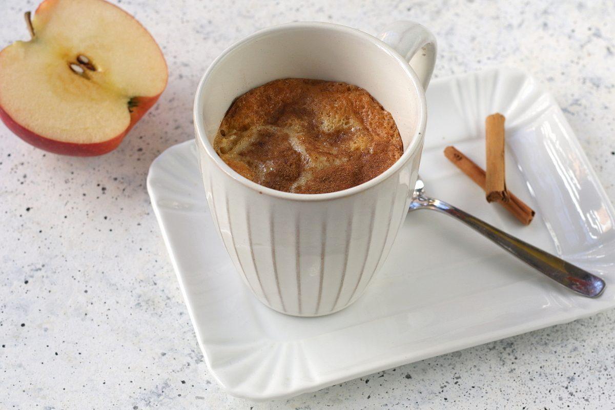 Mug cake mele e cannella: la ricetta del dolce velocissimo da fare in microonde