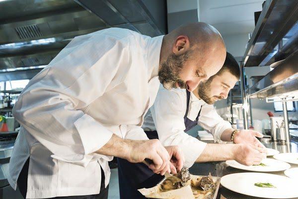 Niko Romito e Dino Como in cucina. Foto di Brambilla&Serrani