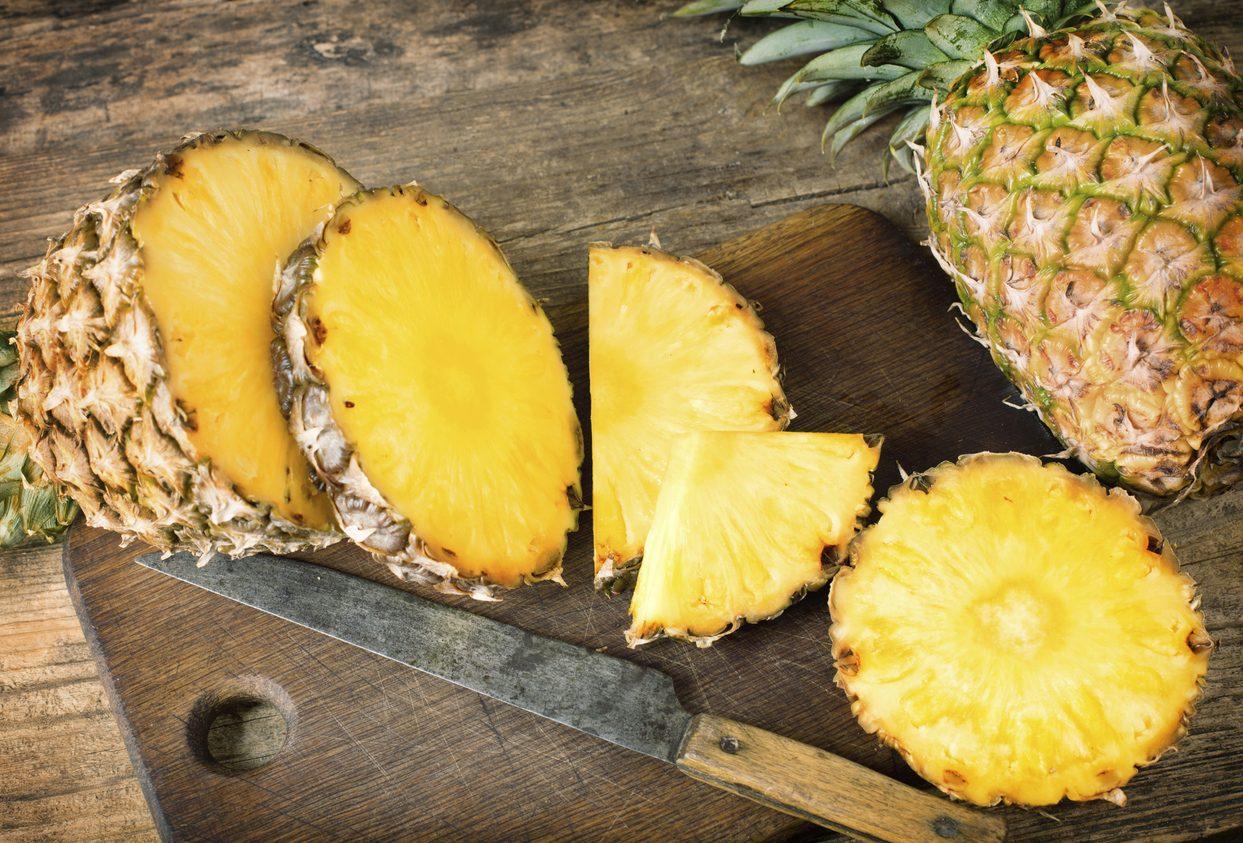 Come si taglia l'ananas: trucchi per pulirlo e servirlo